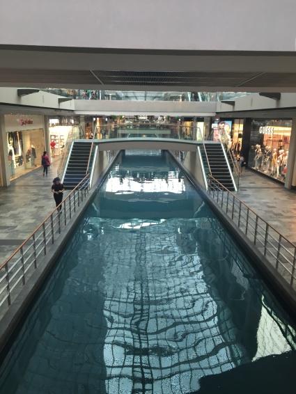 Riesige Shopping Mall mit eigenem Fluss