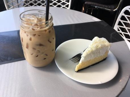 Eiskaffee und Kuchen
